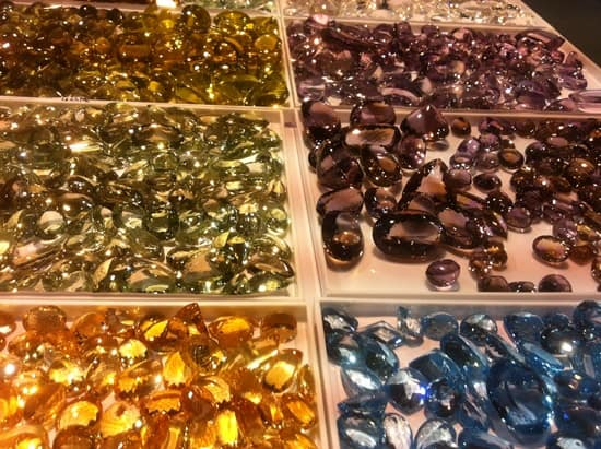 Bangkok fair showcases array of colour gemstones and jewellery