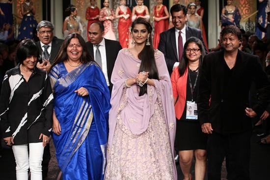 Fabulous Grand Finales showcase India International Jewellery Week 2015